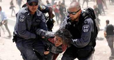 Israeli policemen detain a Palestinian girl in the Palestinian Bedouin village of al-Khan al-Ahmar near Jericho in the occupied West Bank July 4, 2018. REUTERS/Mohamad Torokman - RC1B2BE679F0